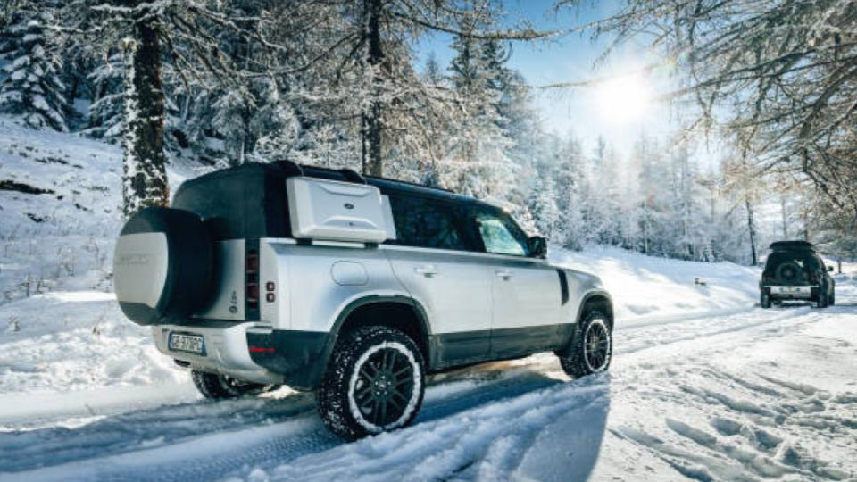suv offroad travel on ice